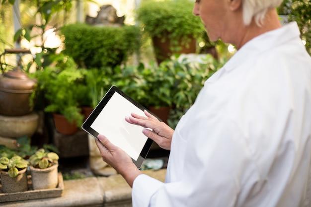 Femme scientifique à l'aide de tablette tactile à effet de serre