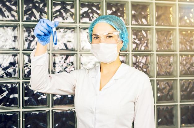 Femme scientifique en laboratoire faisant un test chimique