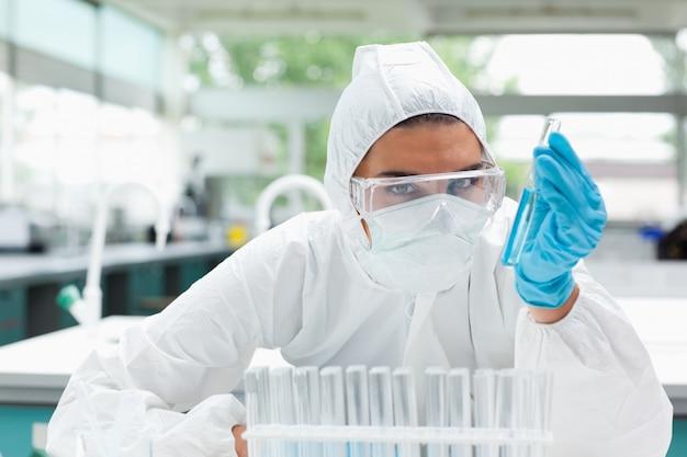 Femme scientifique protégée tenant un tube à essai