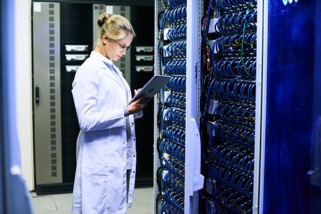 Femme scientifique travaillant avec un supercalculateur