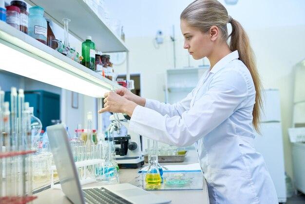 Femme scientifique travaillant avec des tubes à essai
