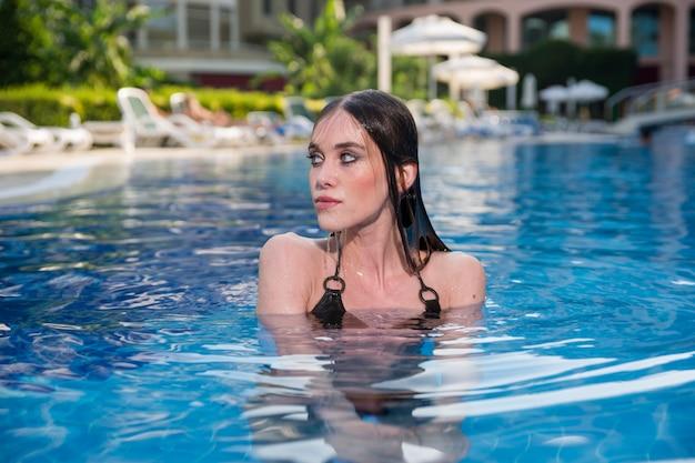 Femme se baigner dans une piscine