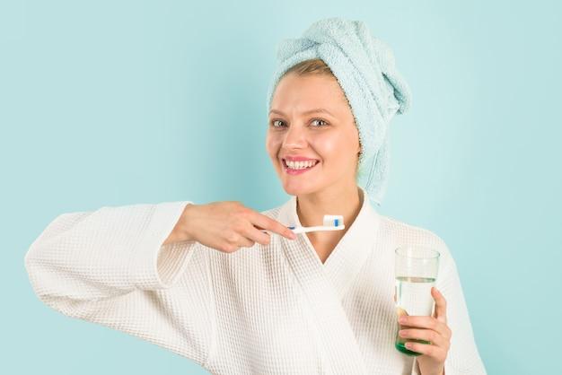 Femme se brosser les dents dans la salle de bains soins des dents hygiène dentaire soins bucco-dentaires ceaning dents matin