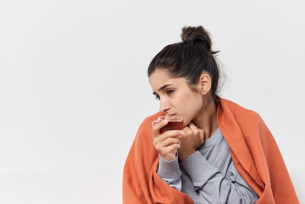 Femme se cachant avec une couverture à la maison pour traiter l'infection par le froid. photo de haute qualité