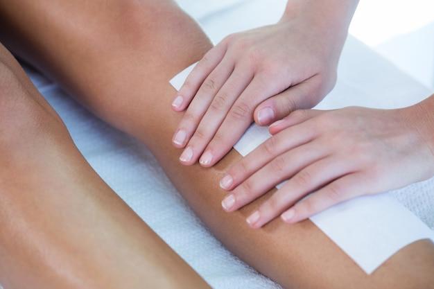 Femme se cirer les jambes