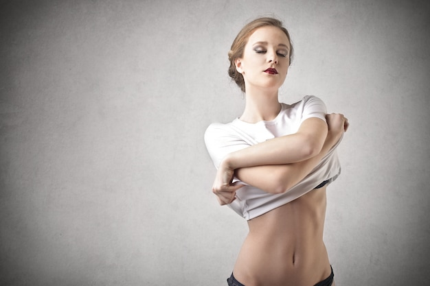 Femme se déshabillant