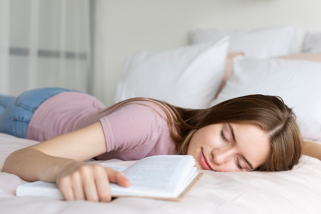 Femme se détendre au lit avec un livre