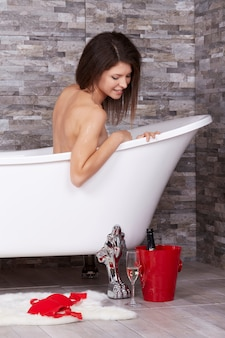 Femme se détendre dans une baignoire