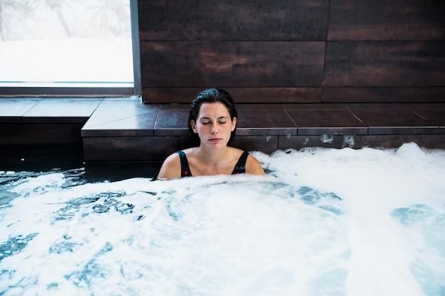 Femme se détendre dans un bain à remous