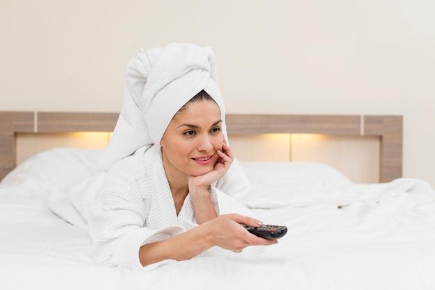 Femme se détendre dans une chambre d'hôtel