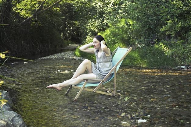 Femme se détendre dans la nature
