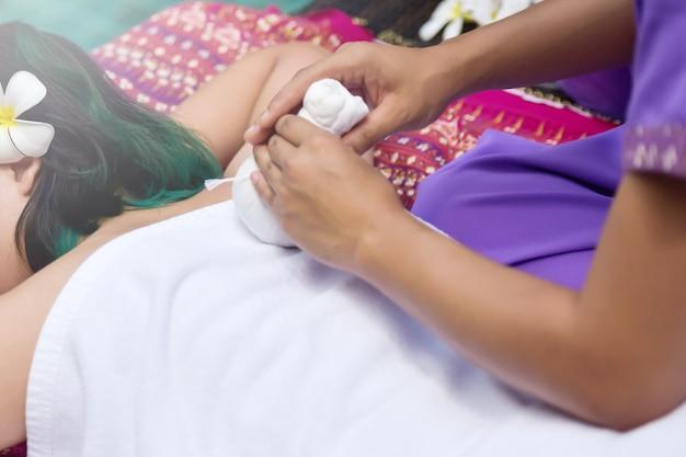 Femme se détendre dans le spa, femme de massage du dos corps spa