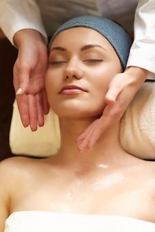 Femme se détendre dans le spa