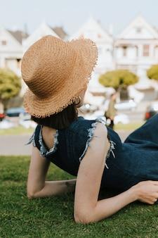 Femme se détendre sur l'herbe près des painted ladies de san francisco, usa