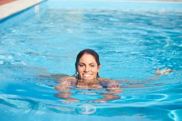 Femme se détendre à la piscine
