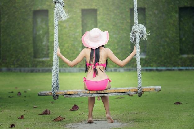 Femme se détendre sur la plage concept tropical tranquille