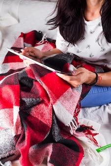 Femme se détendre et utiliser une tablette numérique sur le lit à la maison. communication et technologie