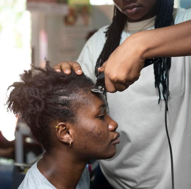 Femme se faire coiffer au salon de beauté