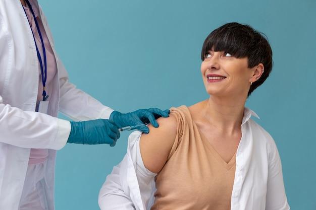 Femme se faisant vacciner en gros plan