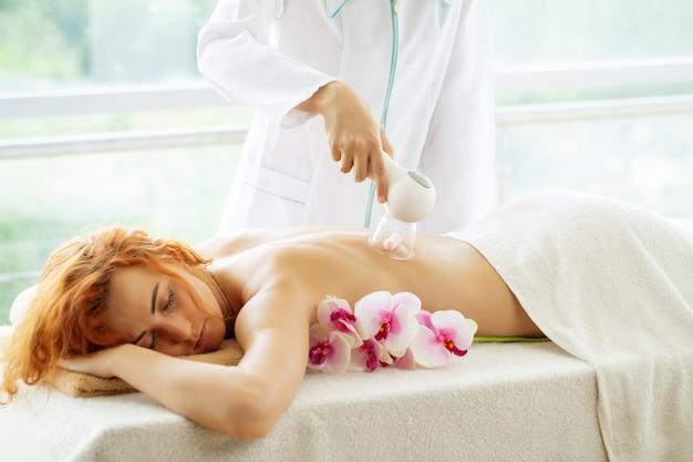 Femme se fait masser le dos dans une clinique de beauté