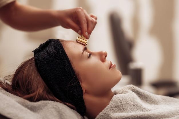 La femme se fait masser le visage et le corps. photo de haute qualité