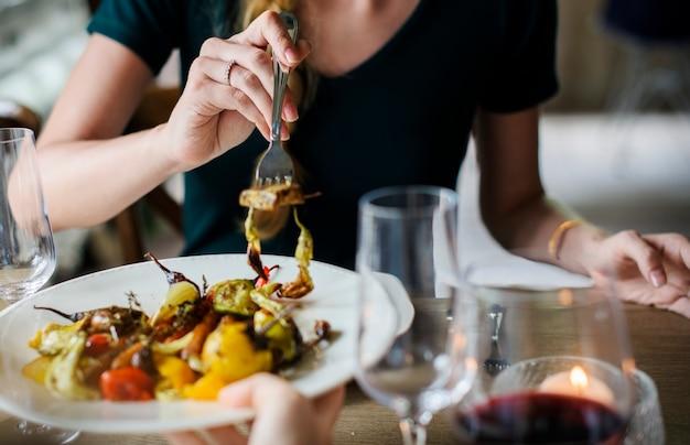 Femme se nourrir au dîner de mariage