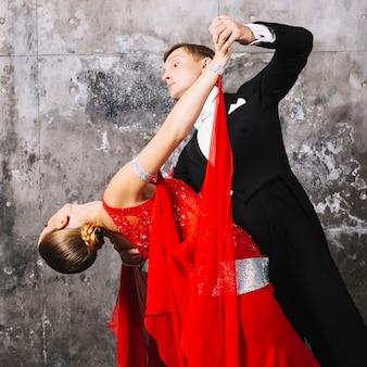 Femme se penchant en arrière pendant la danse avec l'homme