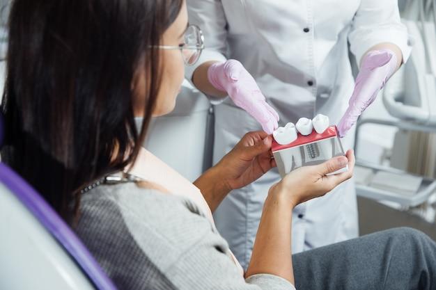Une femme se prépare à un examen dentaire.
