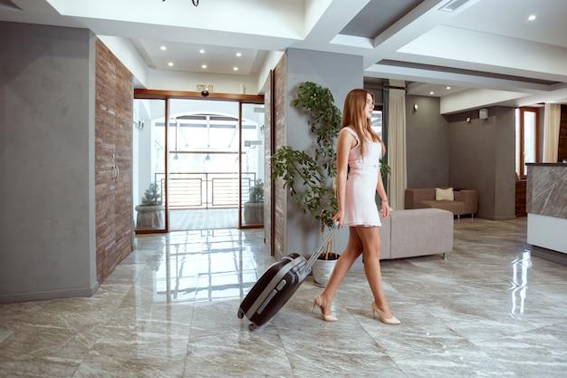 Femme se présentant à la réception de l'hôtel