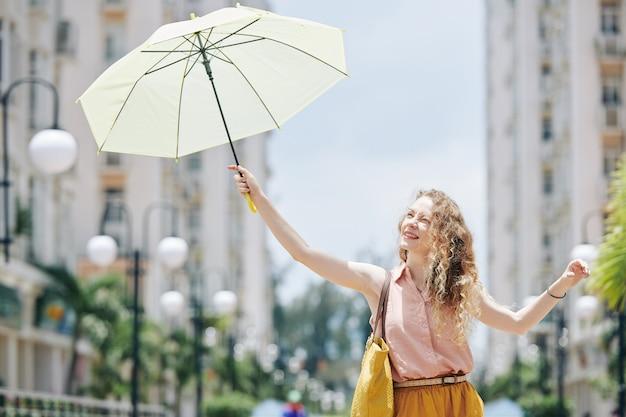 Femme se protégeant du soleil brillant