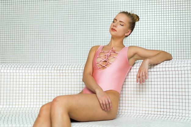 Femme se relaxant dans un bain turc