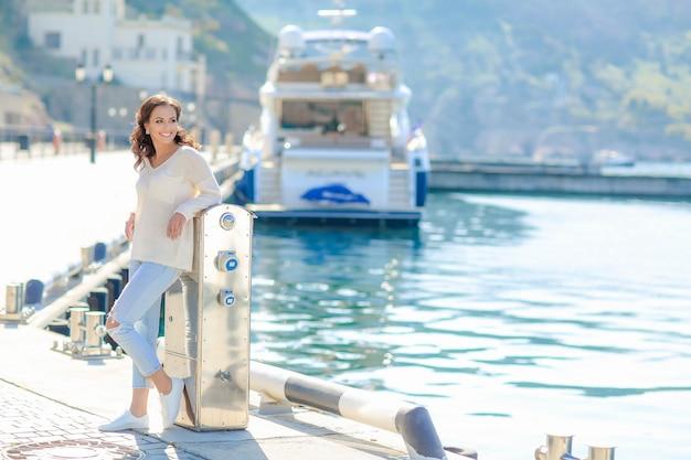 Une femme se rend dans les pays de la mer méditerranée sur un yacht de tourisme
