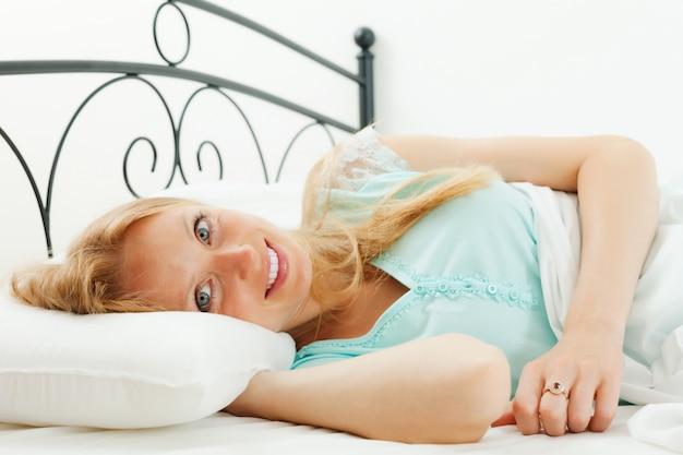 Femme se réveille dans son lit