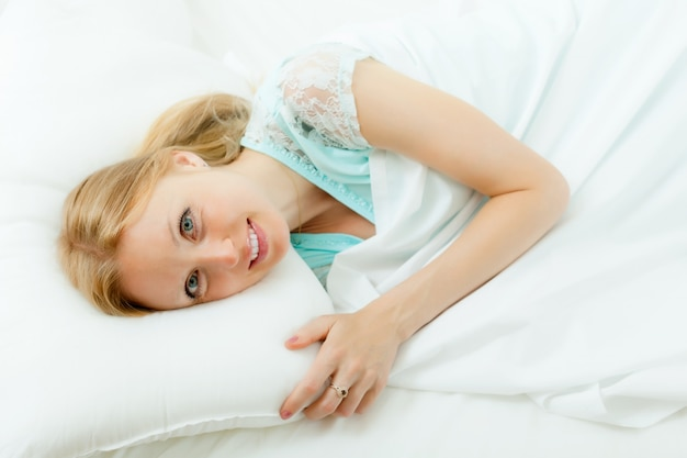 Femme se réveiller dans son lit