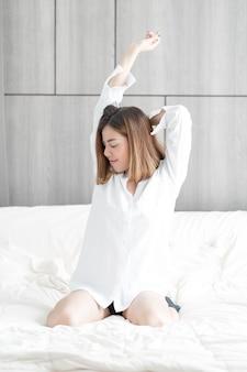 Femme se réveiller sur le lit