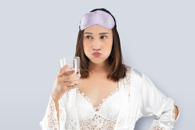 Femme se rince la bouche avec un bain de bouche après le brossage après le réveil pour commencer vos matins