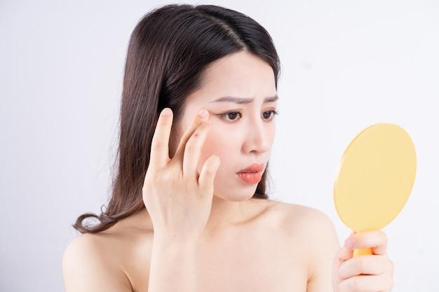 La femme se sent triste lorsque les rides de la peau apparaissent