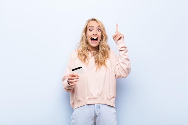 Femme se sentant comme un génie heureux et excité après avoir réalisé une idée, levant joyeusement le doigt, eureka!