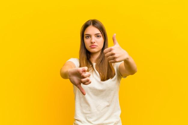 Femme se sentant confuse, désemparée et incertaine, pondérant le bien et le mal dans différentes options ou choix
