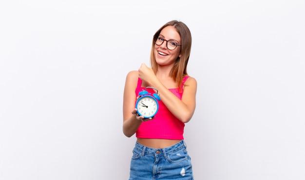 Femme se sentant heureuse, surprise et joyeuse, souriante avec une attitude positive, réalisant une solution ou une idée