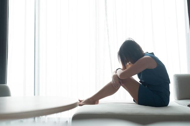 Femme se sentant triste à la fenêtre, solitaire, cœur brisé, femme malheureuse, se sentir malade, fille triste, fille se sentir triste