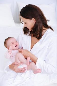 Femme se souciant de bébé