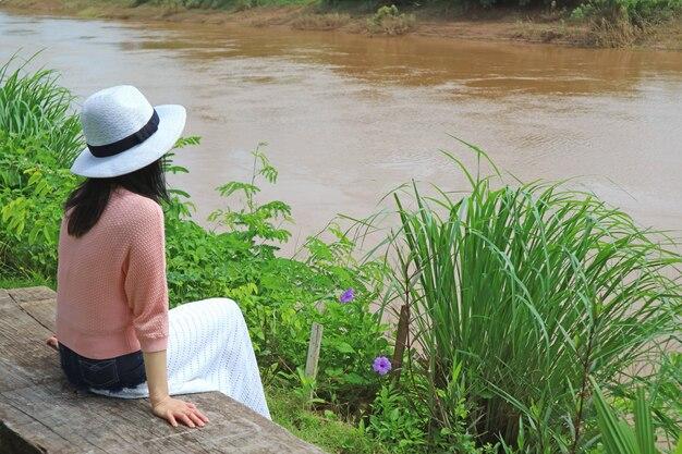 Femme, séance, bois, banc, rivière