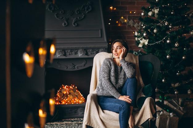 Femme, séance, chaise, arbre noël