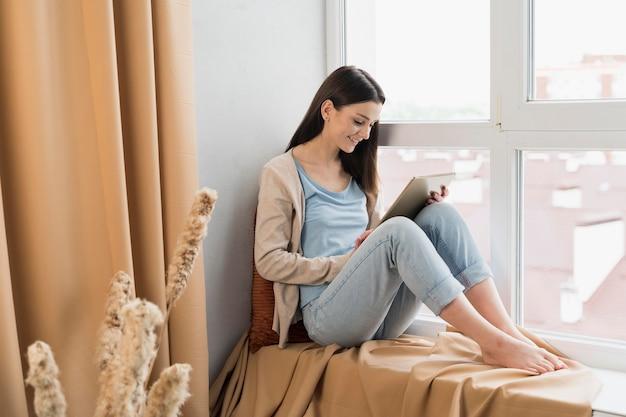 Femme, séance, côté, fenêtre, fonctionnement, tablette