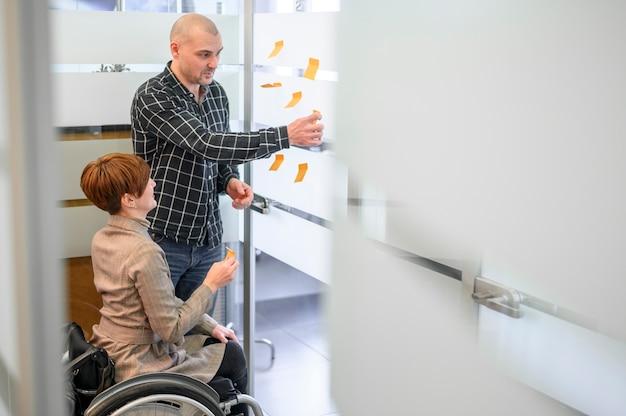 Femme, séance, fauteuil roulant, long, vue