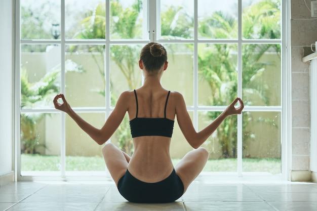 Femme, séance, lotus, position