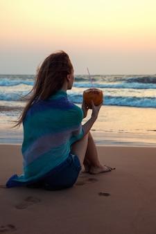 Femme, séance, noix coco, océan