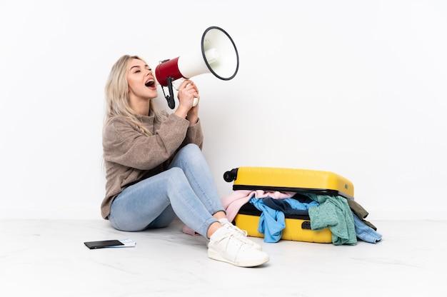 Femme, séance, plancher, valise, isolé, mur