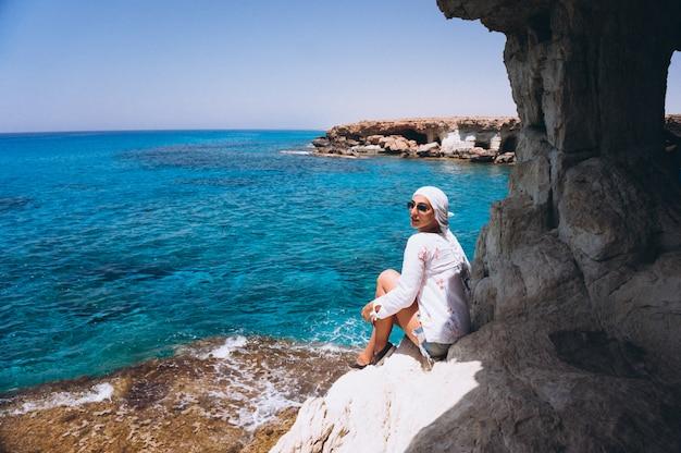 Femme, séance, rochers, sommet, océan
